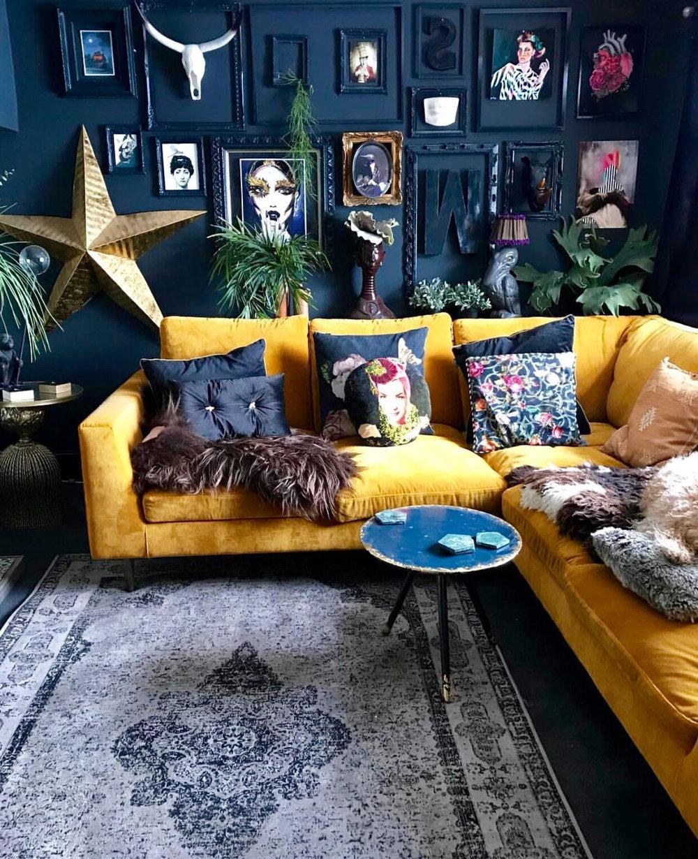 Pensez à décorer votre salon dans le style maximaliste. Mélangez différentes couleurs et styles sans crainte.