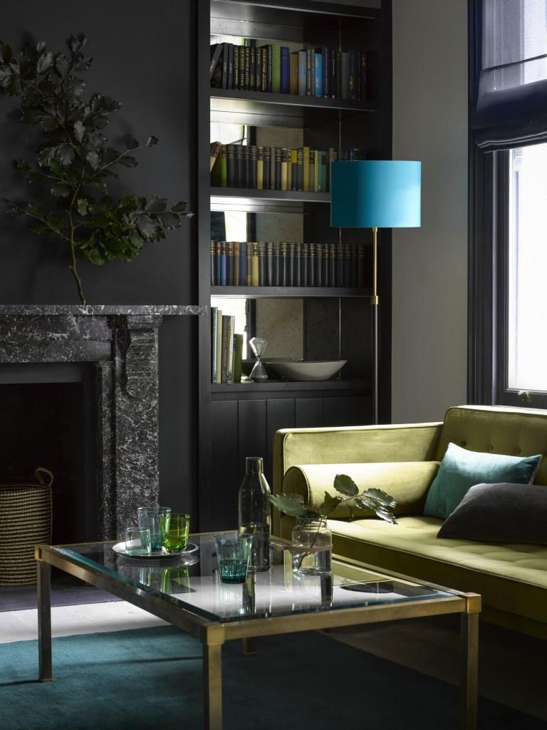 Soyez courageux et peignez les murs en gris foncé ou en noir. Choisissez un tapis bleu pétrole et des oreillers pour votre canapé.