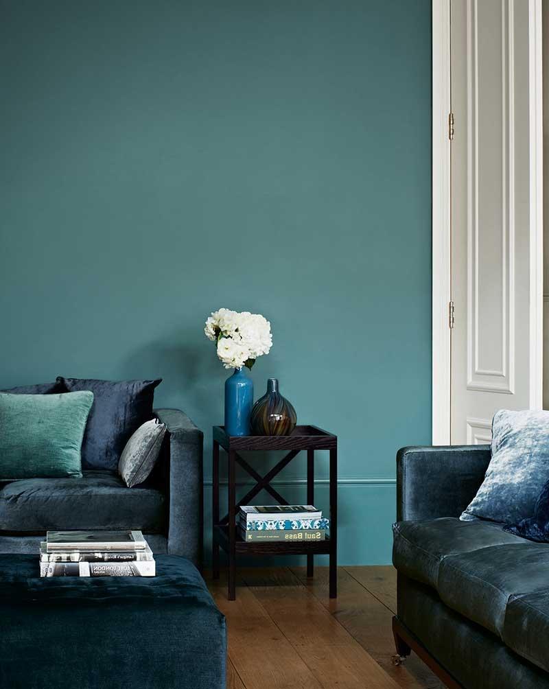 Toutes les nuances de bleu sont très apaisantes. Choisissez-les pour votre salon.