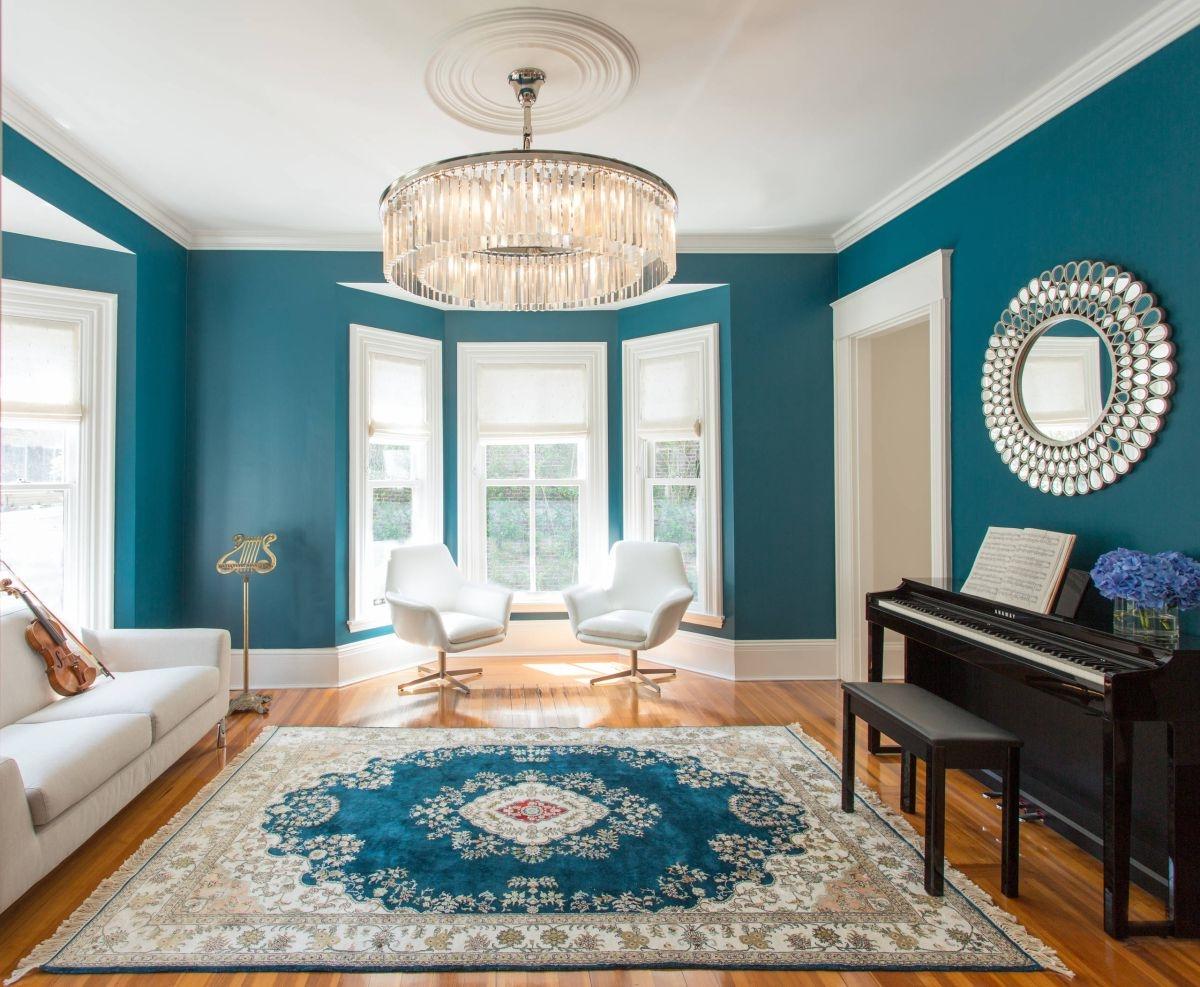 Ici, les murs sont en parfaite harmonie avec le tapis et les meubles.