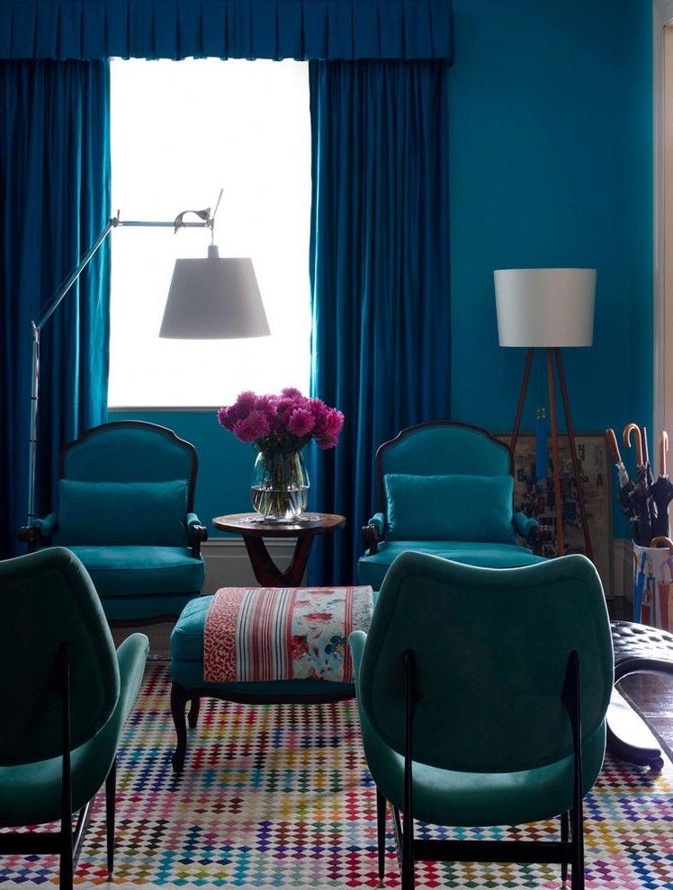 Cherchez-vous quelque chose de différent? Choisissez des chaises au lieu d'un canapé pour votre salon.