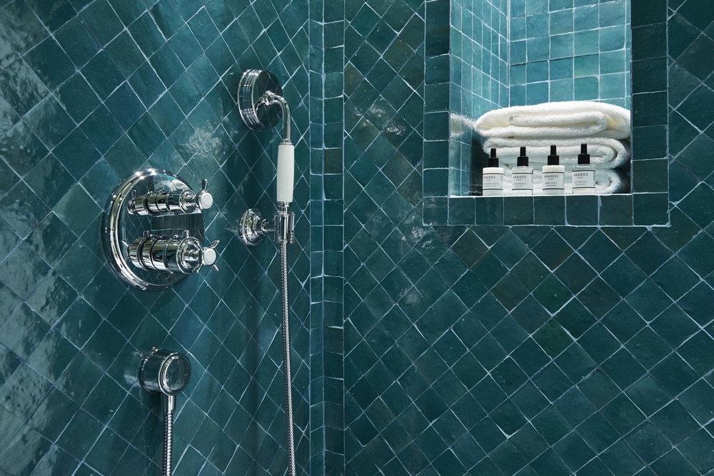 Si vous êtes convaincu que vous aimez le bleu pétrole, pourquoi ne pas le choisir pour votre salle de bain?