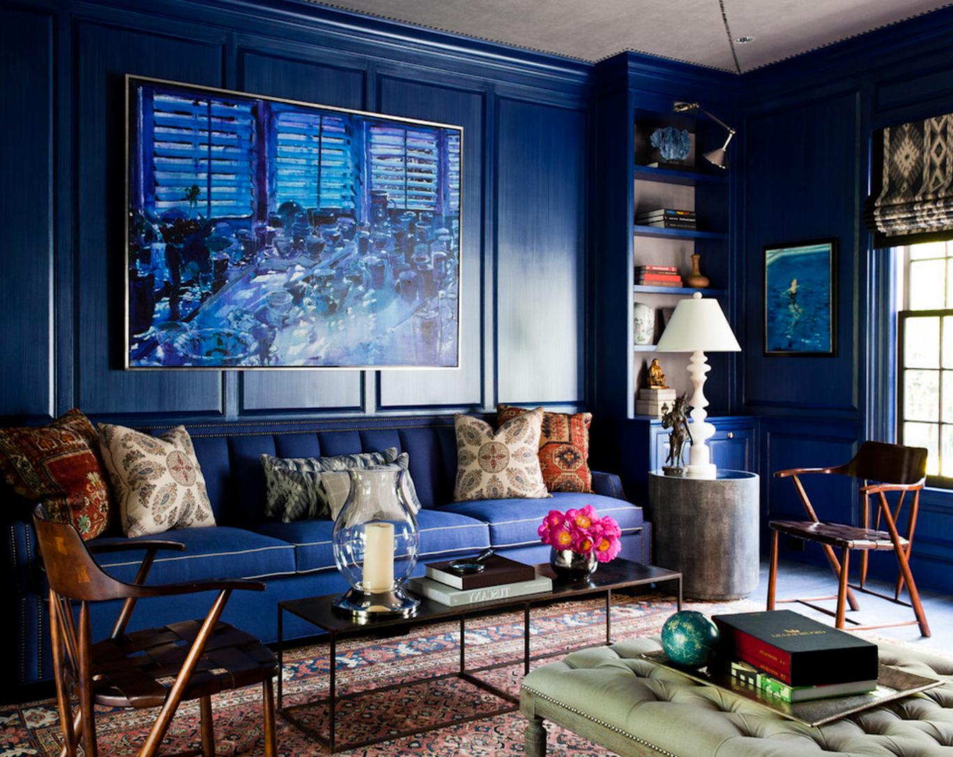 Les murs, le canapé et l'œuvre d'art sont de la même couleur, mais la pièce est encore plus magnifique.