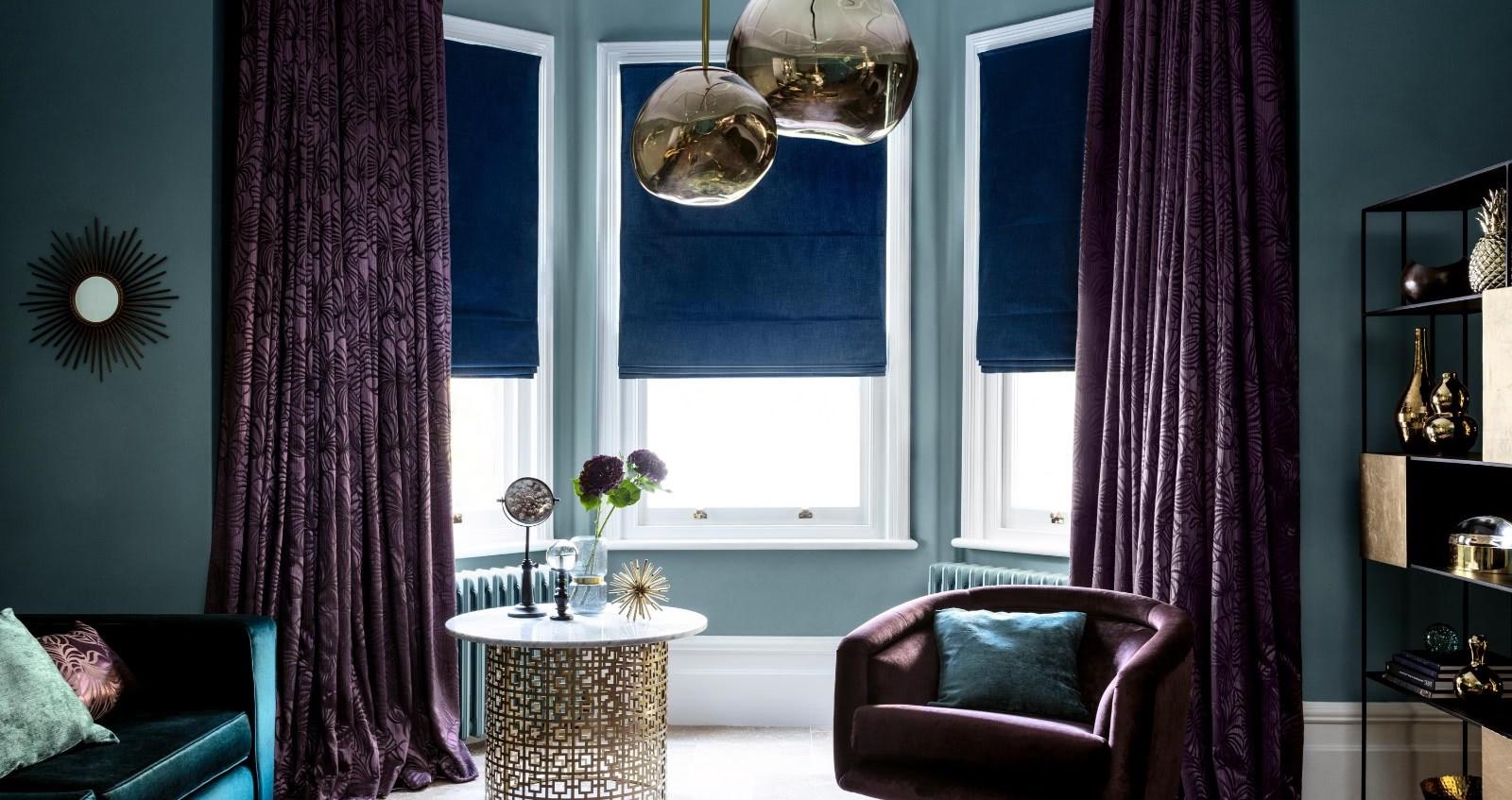 Une perspective différente si vous aimez assombrir votre pièce: choisissez des stores bleu pétrole.