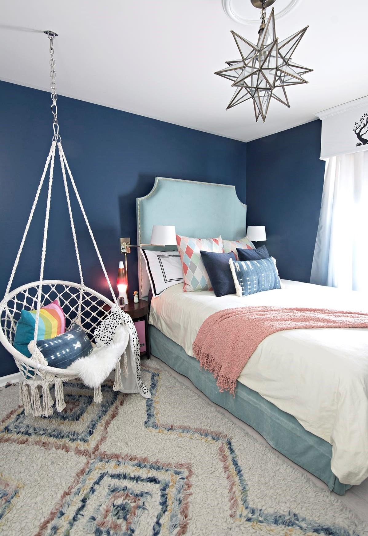 Le bleu foncé est idéal pour la chambre de votre ado fille ou garçon.