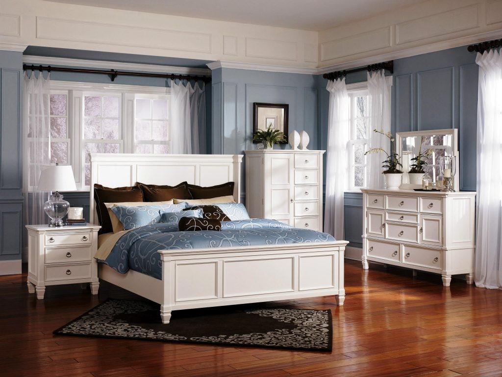 Choisissez des meubles qui optimisent le rangement, tels que des tables de chevet avec étagères et / ou tiroirs ou des lits avec rangement intégré en dessous.