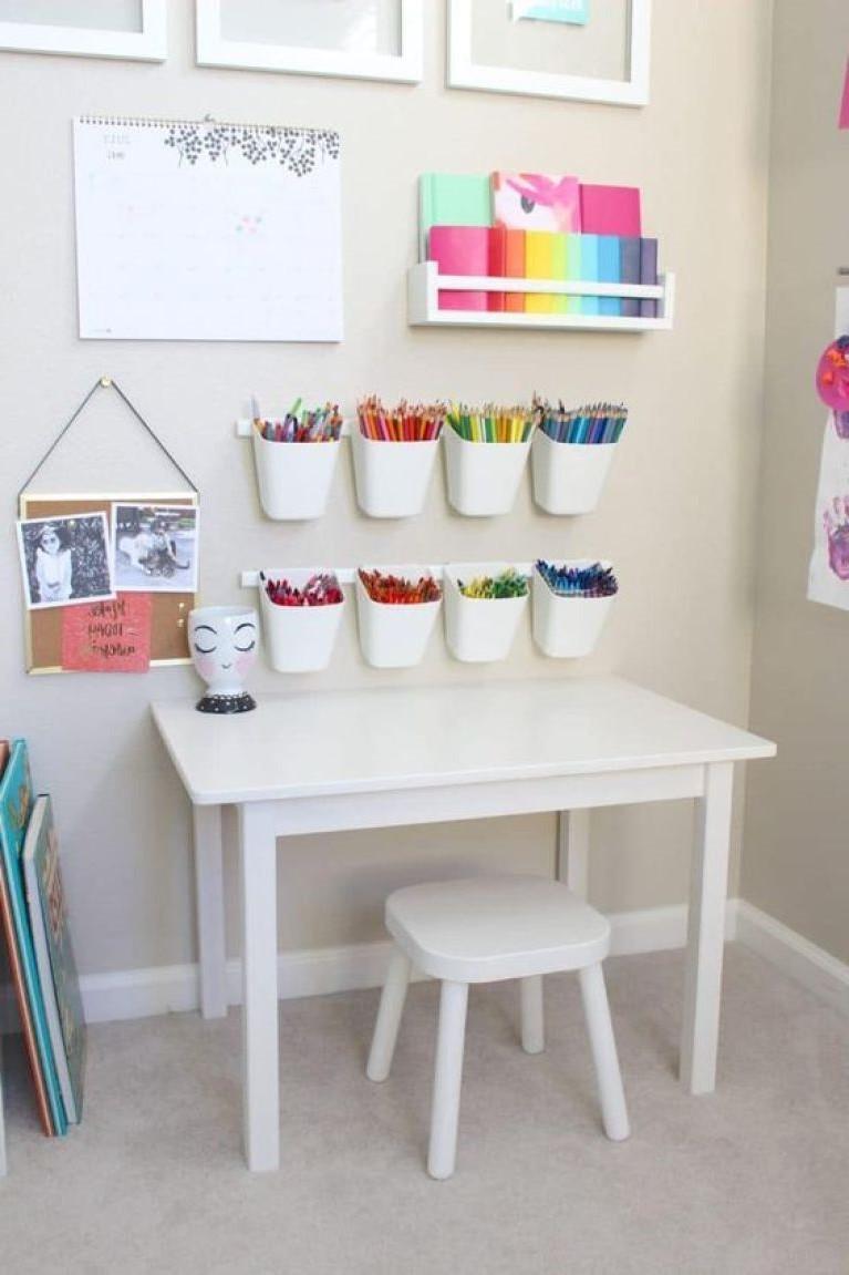 Si la chambre à coucher n'a pas assez d'espace pour un grand bureau, une petite table suffira.