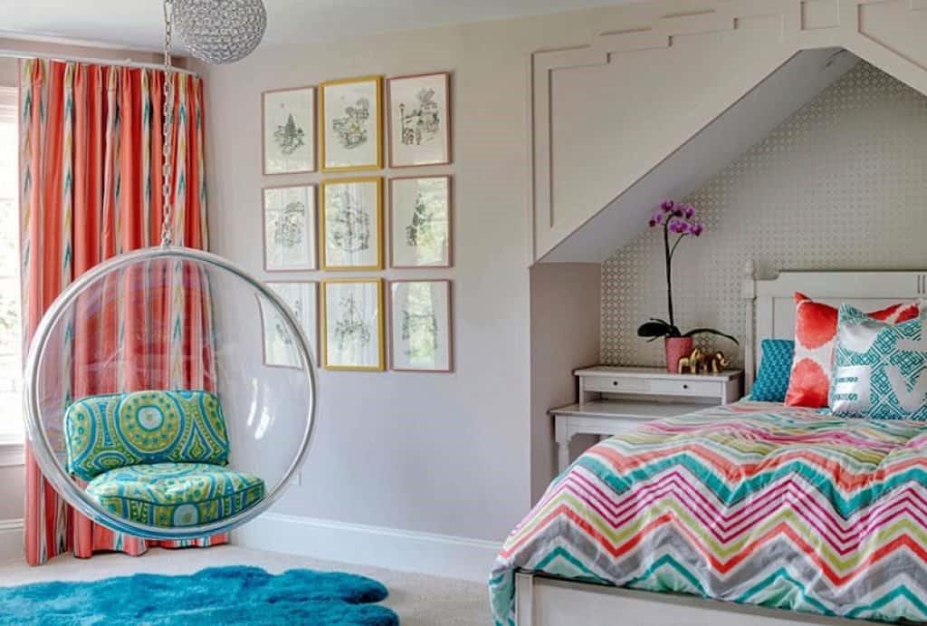 Corail, turquoise et blanc crème - les couleurs préférées des ados sont la combinaison parfaite dans cette chambre à coucher.