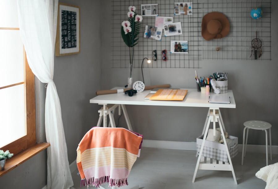 Oubliez le bureau, les tables sont également confortables pour étudier. Mais d'abord, demandez l'avis de votre enfant.