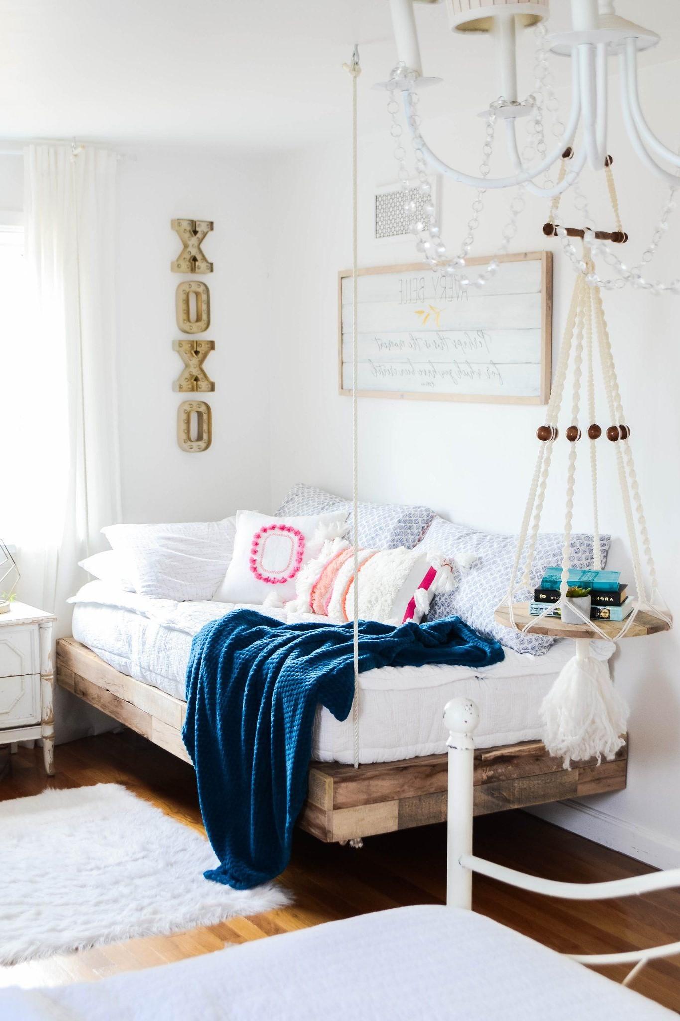 Ce lit est parfait car il a beaucoup d'espace de rangement gratuit en dessous.