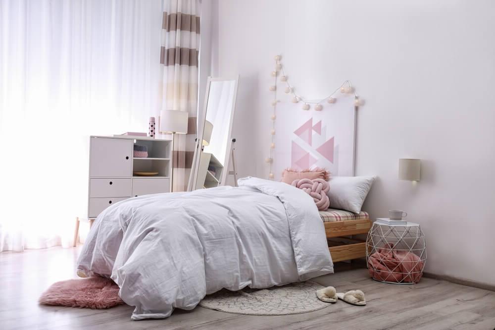 Si votre adolescent préfère les palettes de couleurs neutres, donnez-lui plus de dimension avec un tapis moelleux, une literie de luxe et un cadre de lit intéressant.