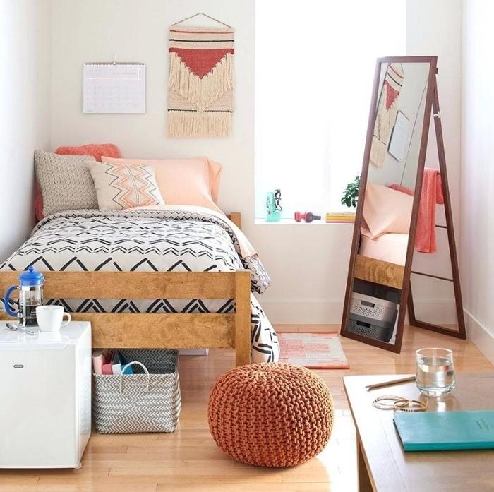 Idée chambre d'ado fille: murs blancs et accessoires de couleurs vives.