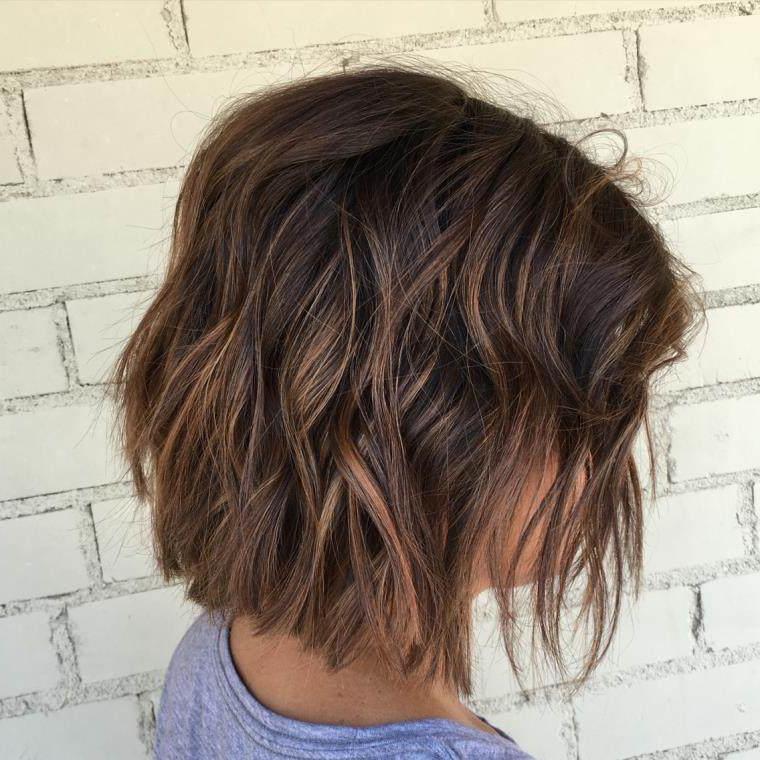 Le balayage est à la fois un moyen formidable qui vous donne la chance de voir vos cheveux courts briller