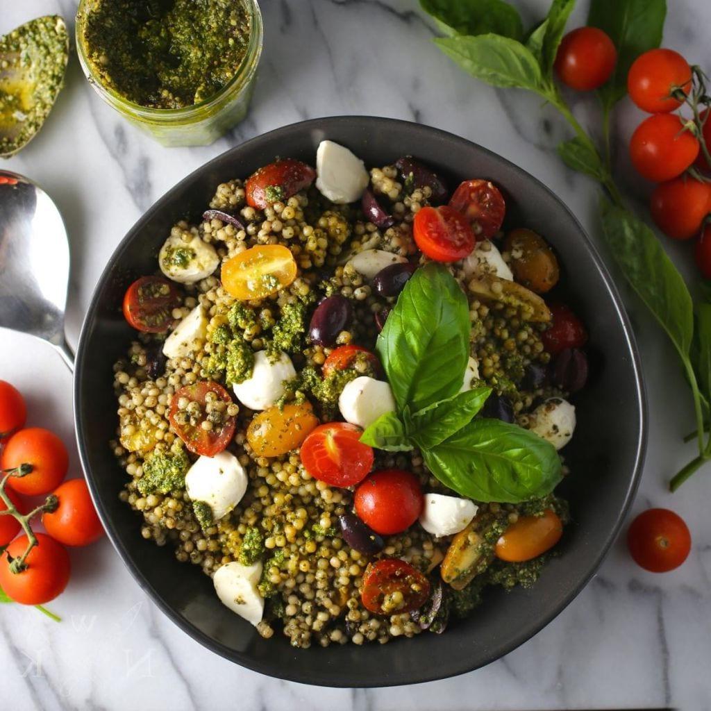 Couscous au pesto de roquette - une salade légère, gourmande et colorée