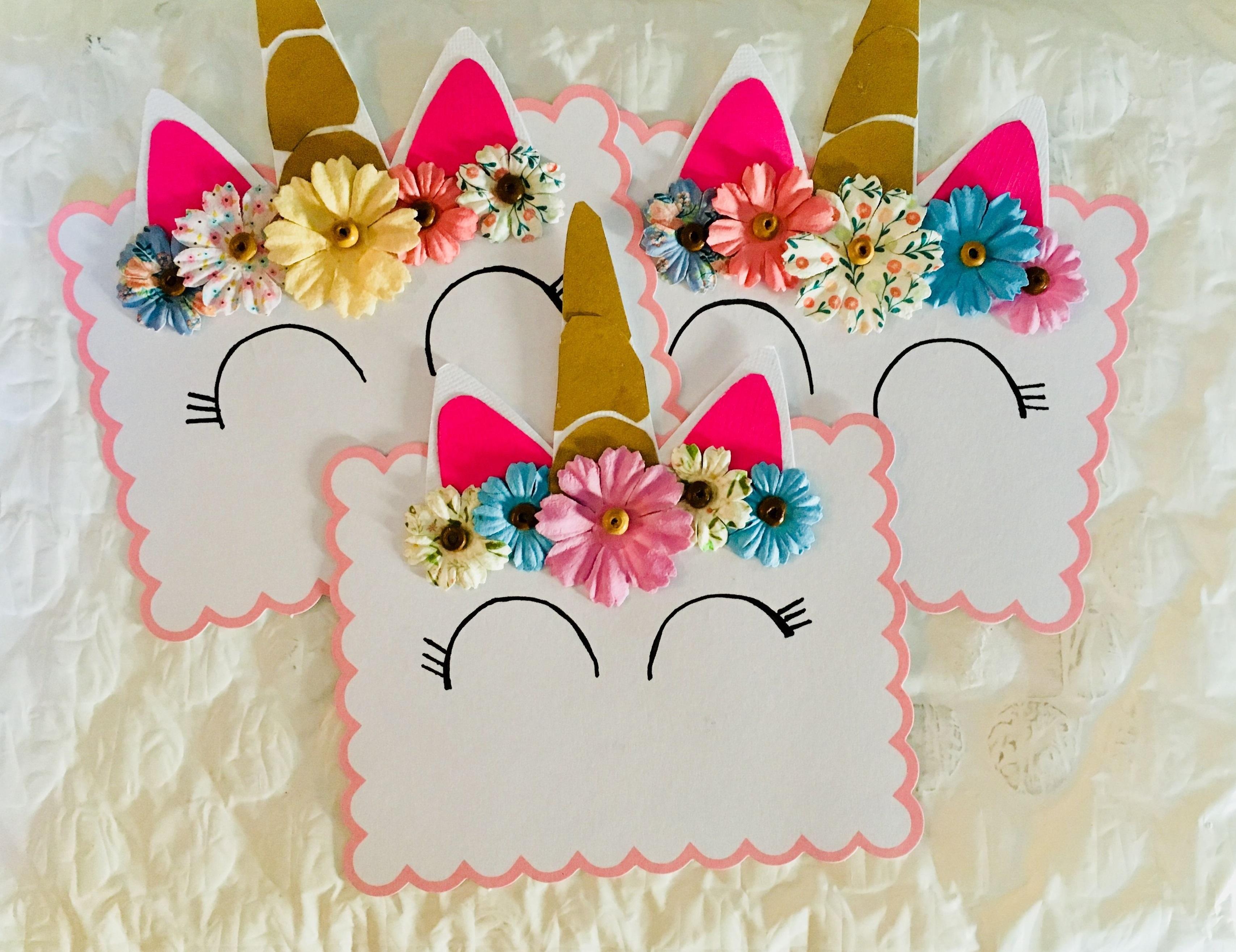 Ajoutez quelques fleurs en papier à l'invitation - cela fera sourire chaque petite fille.