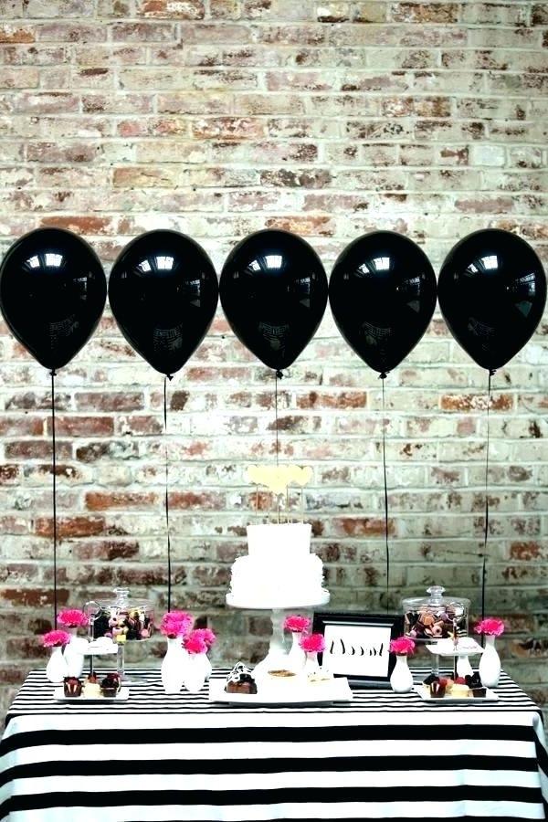 N'ayez pas peur d'utiliser des couleurs sombres pour le décor de la fête d'anniversaire d'un homme - cela rend le décor élégant.