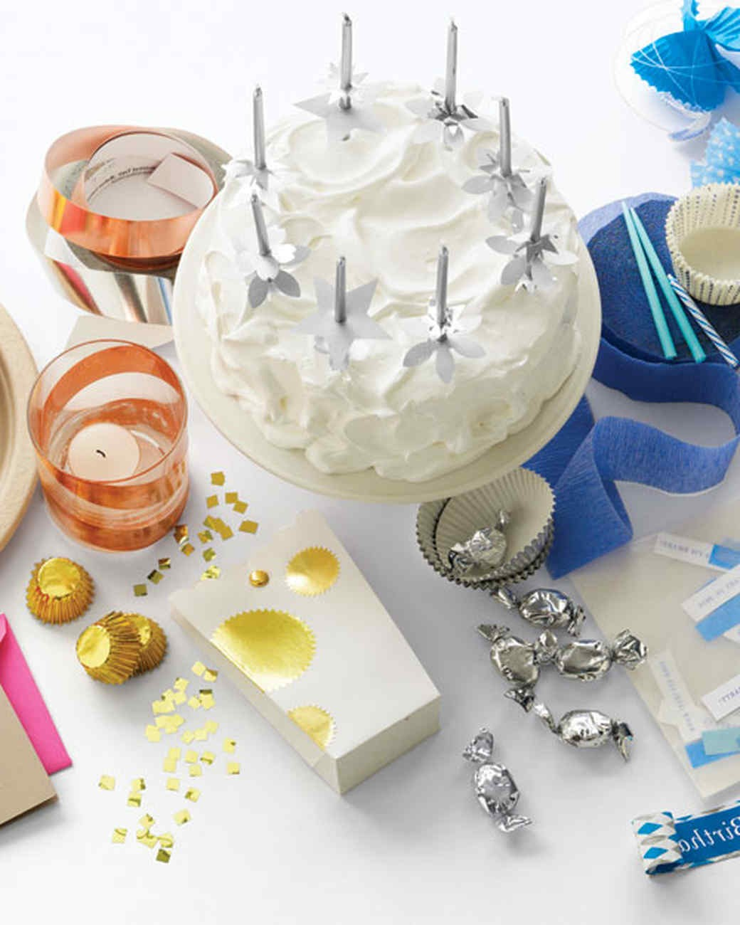 Les gâteaux font le bonheur de tous, même des adultes, alors utilisez-les dans la décoration de la table. Cela fera n'importe quel homme le jour de son anniversaire.