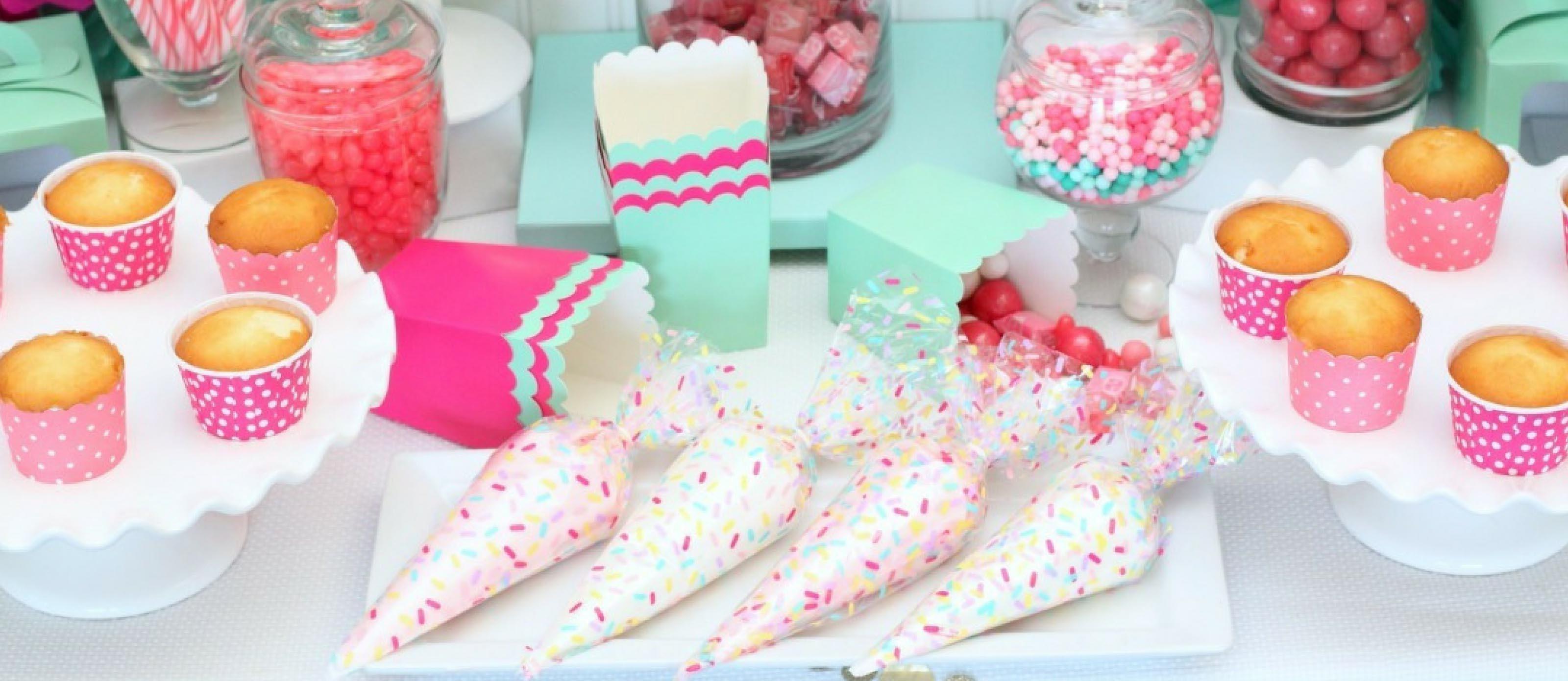 Pour une fête amusante, donnez du glaçage à chaque invité et laissez-le décorer les cupcakes.