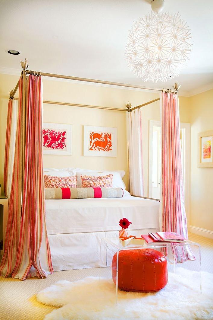 Pour une chambre moderne, choisissez le blanc comme base et ajoutez de la couleur pour rendre la pièce plus lumineuse.