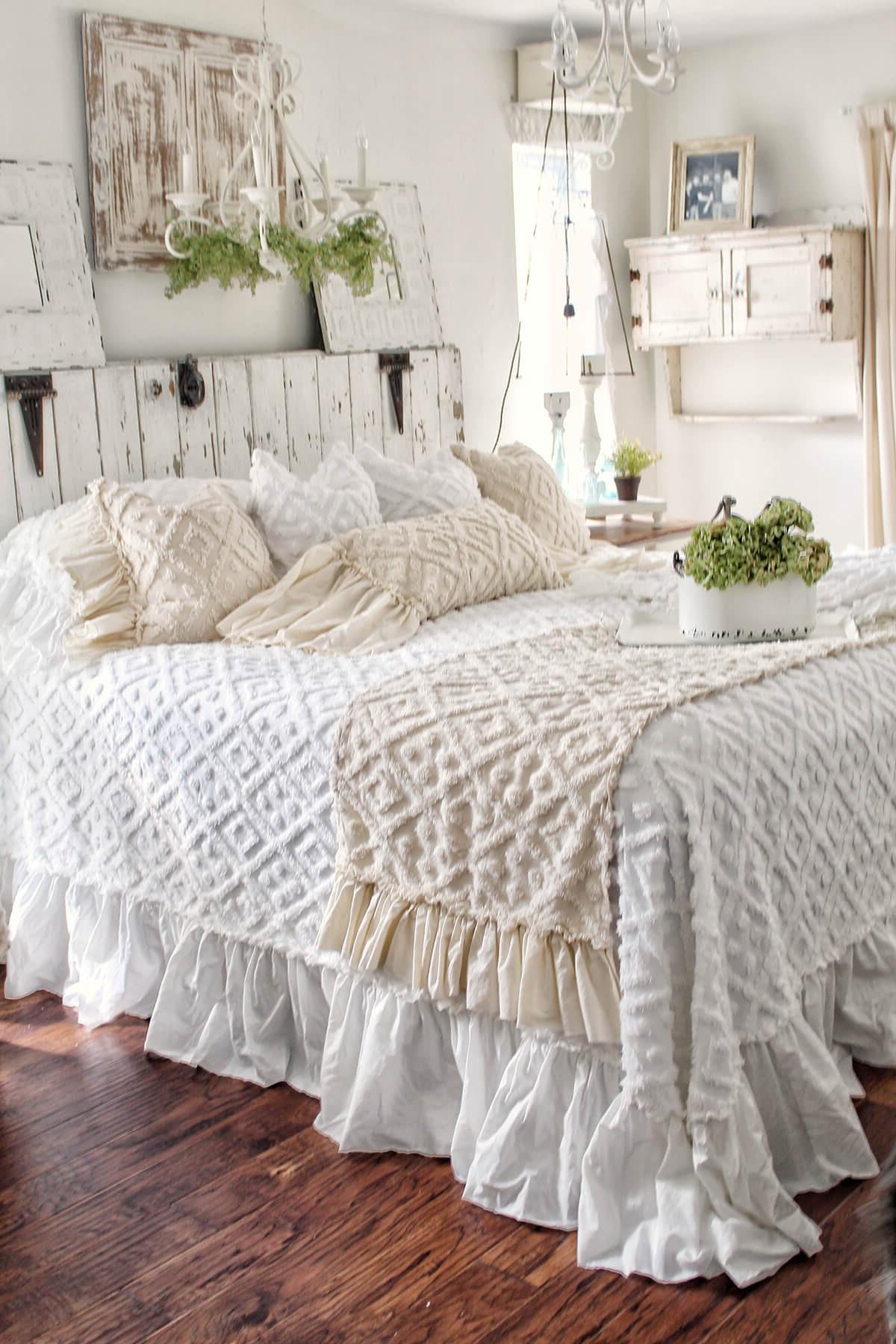 Les couvertures blanches du lit éclairent toute la chambre.