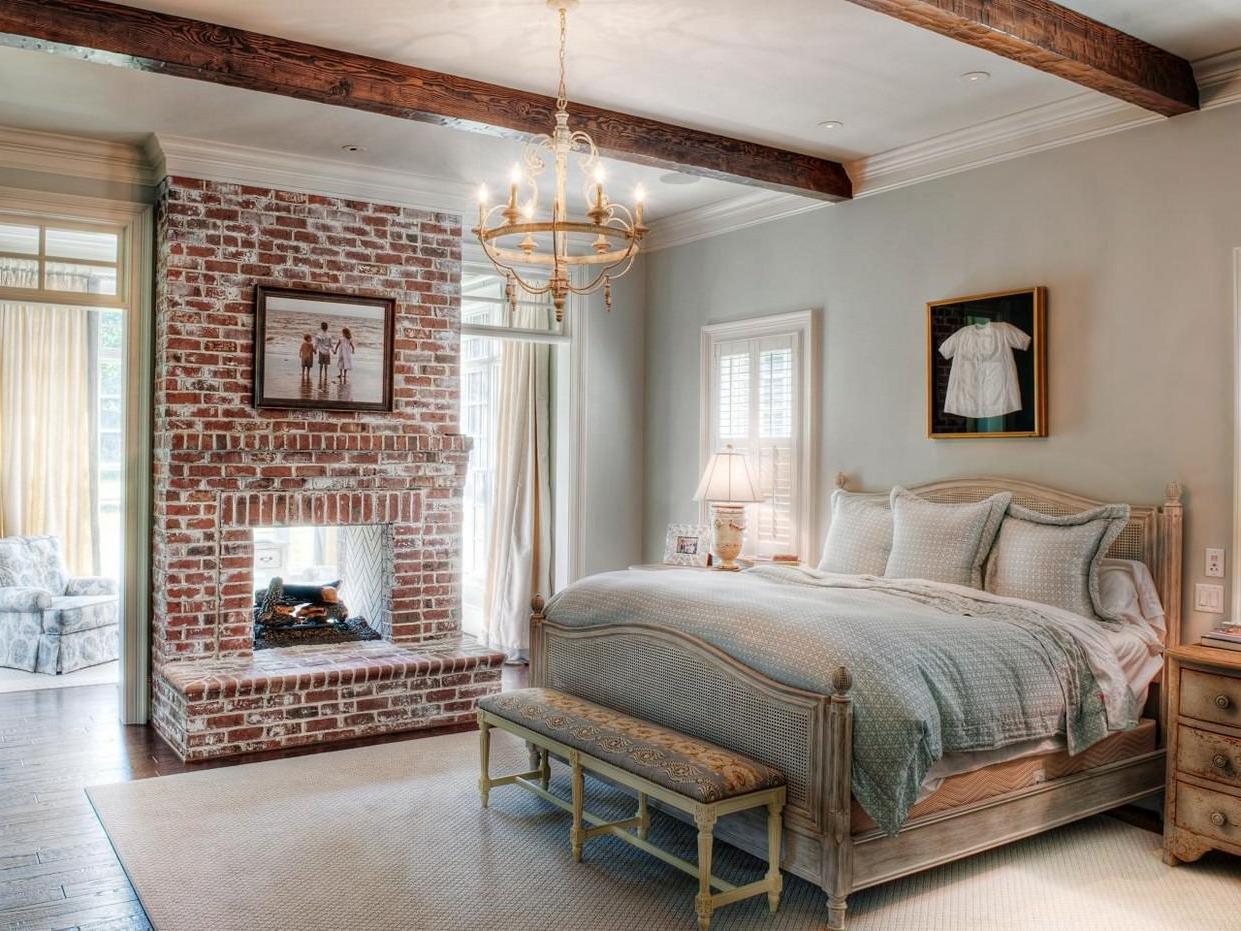 Une cheminée apportera une touche de charme à votre chambre à coucher de style rustique.