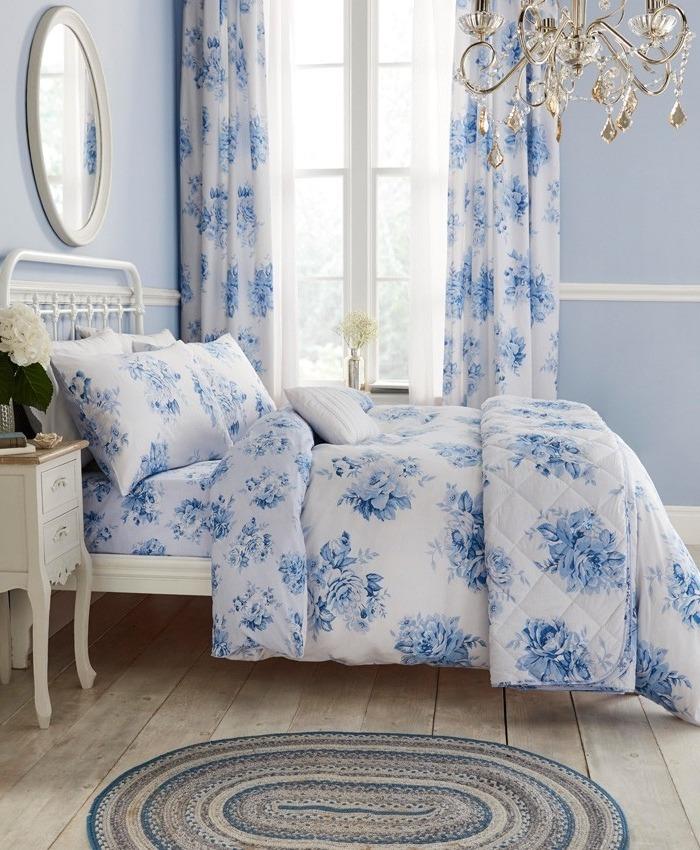 Des rideaux floraux assortis aux draps du lit - il n'y a aucune chance que vous commettiez une erreur.