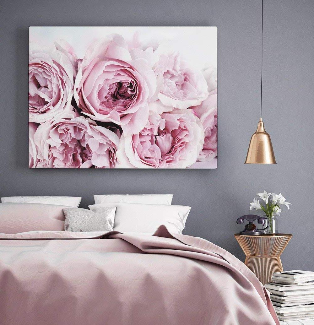 Les imprimés floraux dans la décoration rendent la chambre à coucher plus féminine.