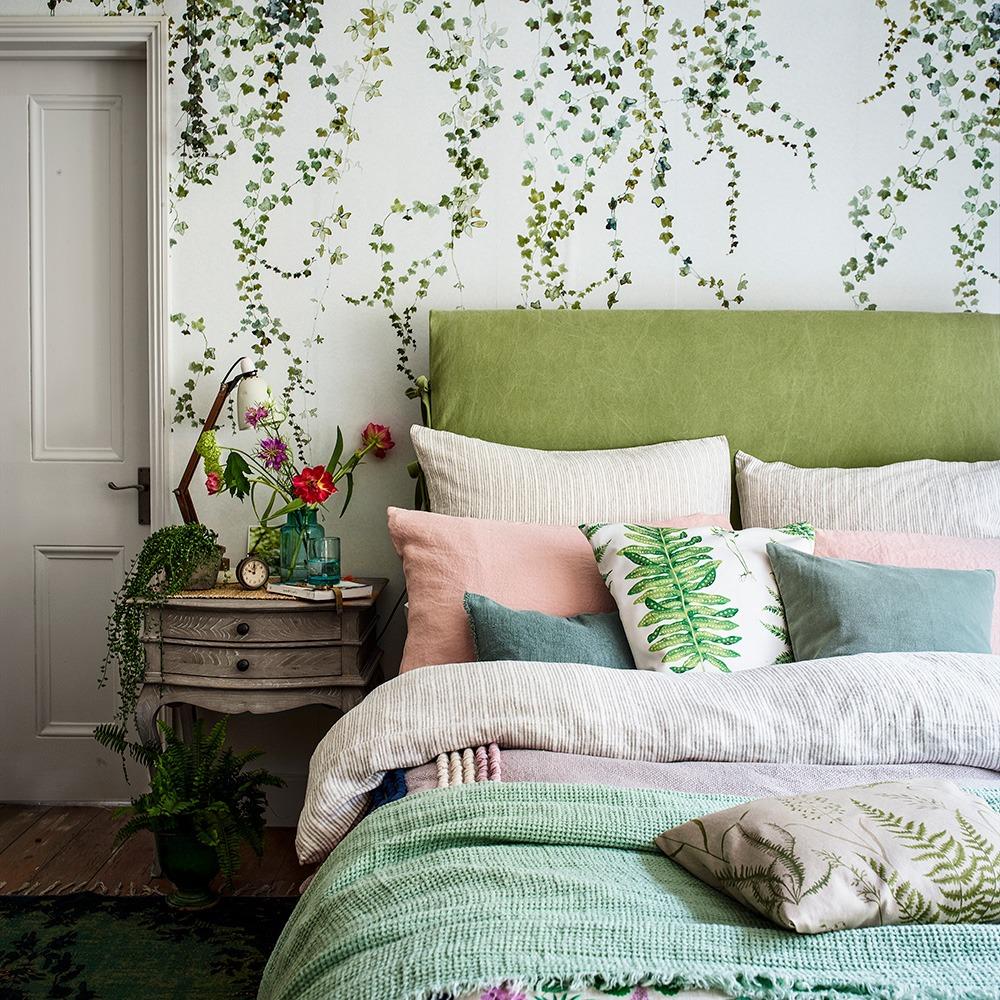 Si vous êtes fatigué des fleurs, choisissez un papier peint avec une plante verte illustrée.