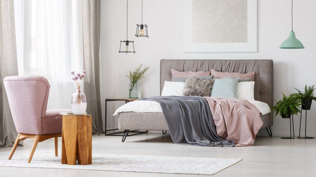 Les luminaires composés de différents matériaux vous permettent de donner une allure originale à votre chambre adulte
