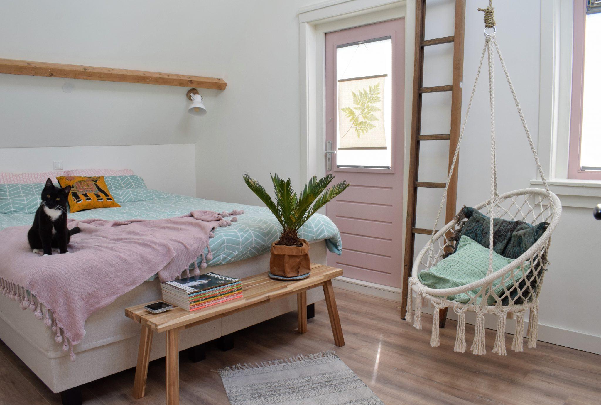 Le textile de maison printanière aux couleurs vives est une excellente astuce pour faire entrer le printemps dans votre maison