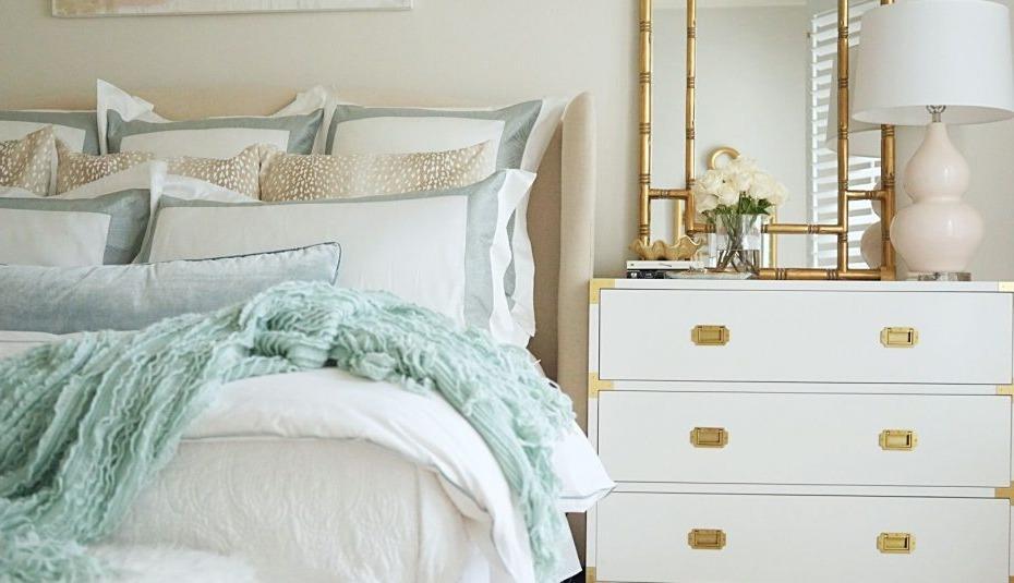 Pour un look plus simple, choisissez une table de chevet qui n'est pas entièrement dorée mais contient des éléments dorés.