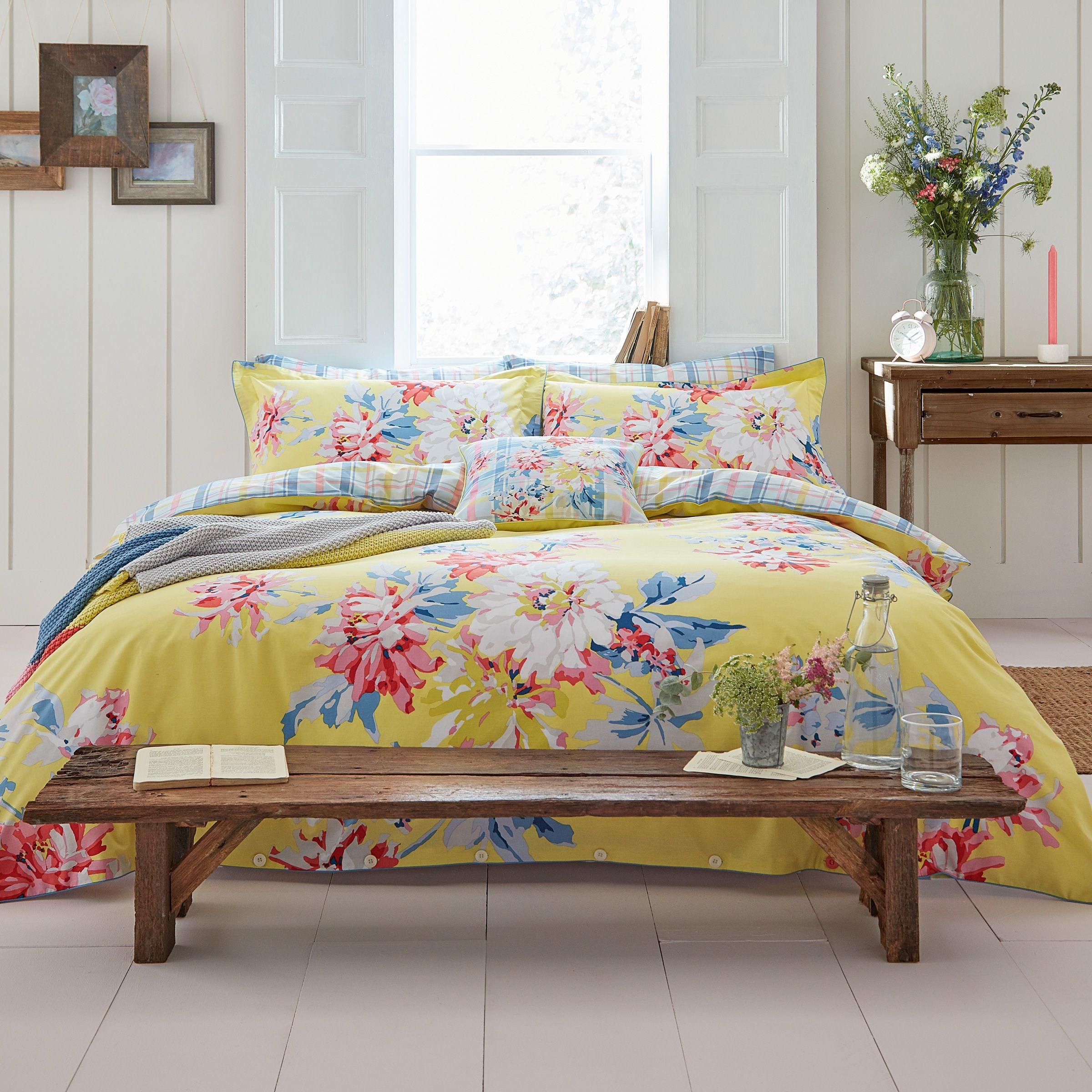 Floral ne veut pas dire ennuyeux - les couleurs vives rendront votre chambre unique.