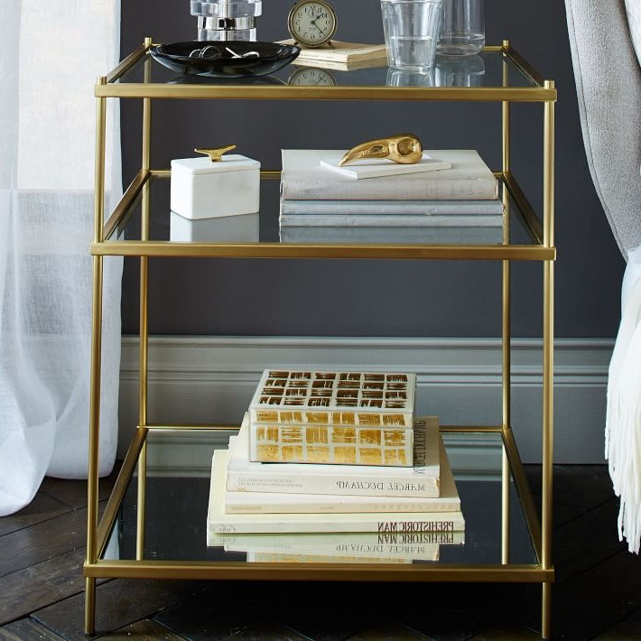Choisissez une déco en verre et en métal doré - votre chambre adulte aura l'air très élégant.