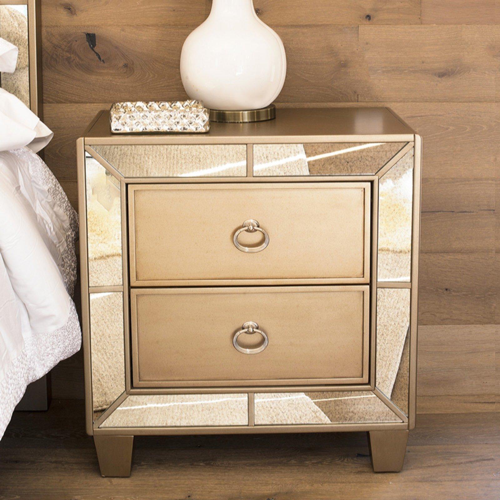 Votre chambre à coucher brillera comme un bijou avec cette table de chevet.