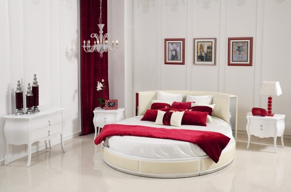 L'accent sur le velours rouge rend l'intérieur encore plus luxueux.