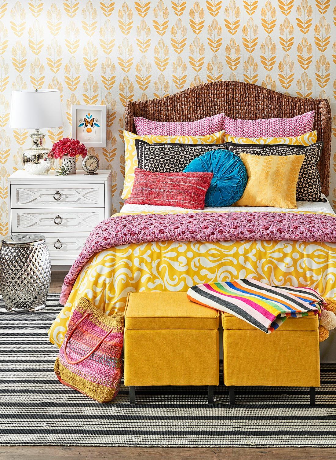 Couleurs vives et tapis à motifs - une combinaison pour une décoration de chambre moderne.