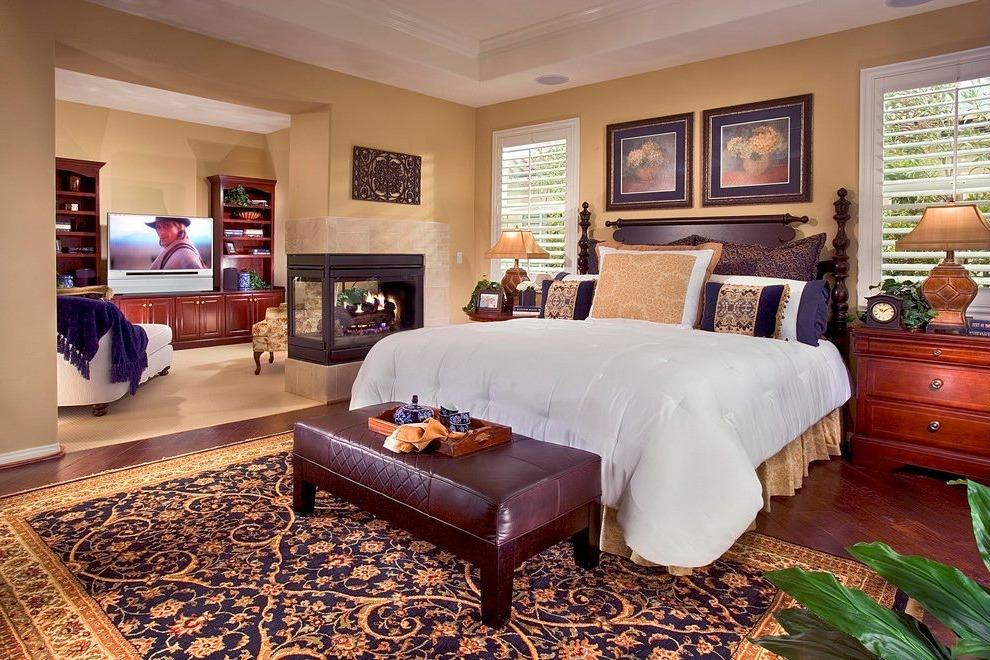 Les tapis avec des accents forts ont fière allure avec des meubles en bois.