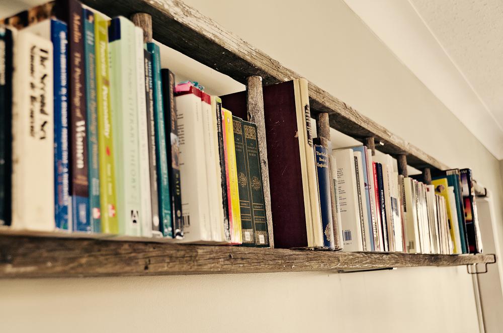 Utilisez cette étagère d'échelle de bricolage comme bibliothèque et vous gagnerez de la place.