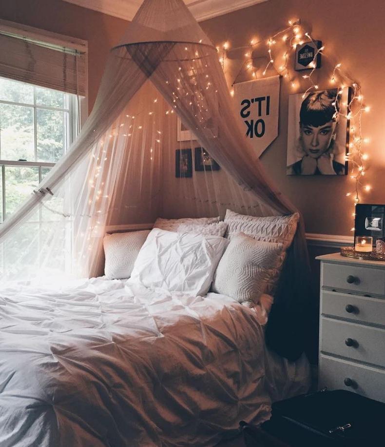 Ajoutez des lumières au baldaquincet votre pièce aura l'air magique.