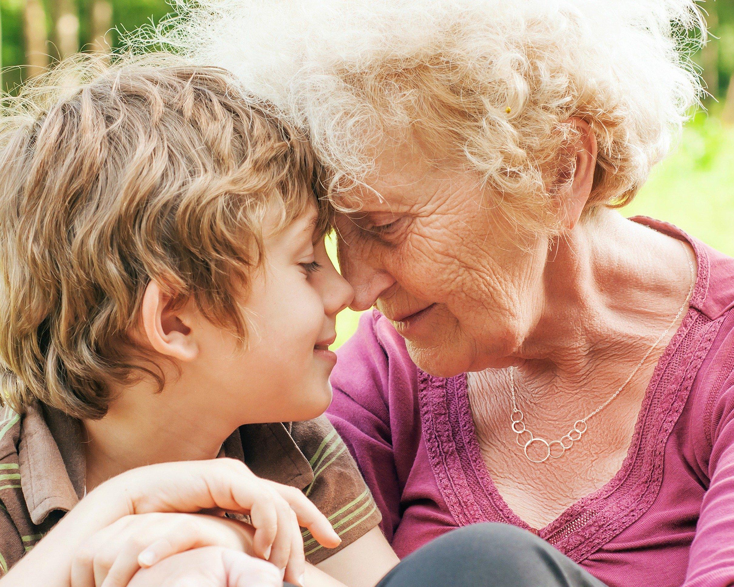 L'amour entre grand-mère et petit-enfant est le meilleur cadeau pour son anniversaire 80 ans