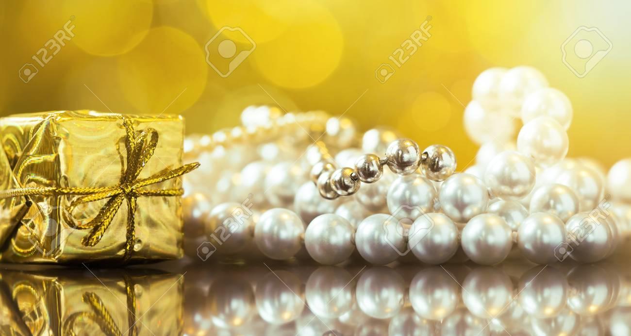 Un collier est un cadeau classique pour la grand-mère