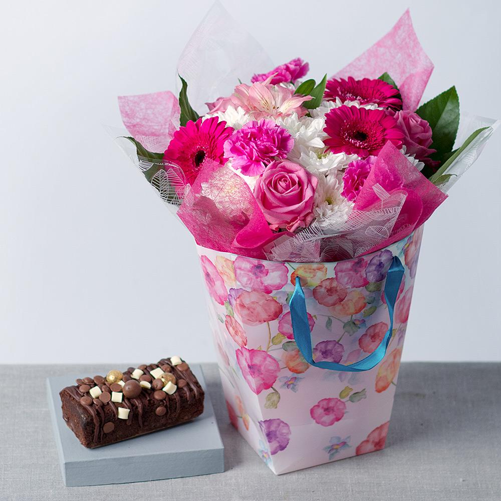 Le chocolat et les fleurs sont une idée magnifique cadeau grand mère 80 ans