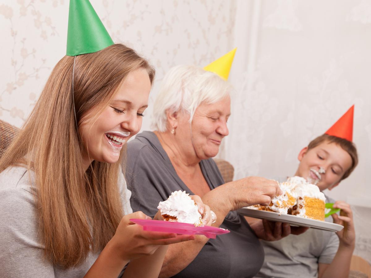 Idée cadeau grand mère 80 ans- acheter un gâteau délicieux pour fêter son anniversaire.