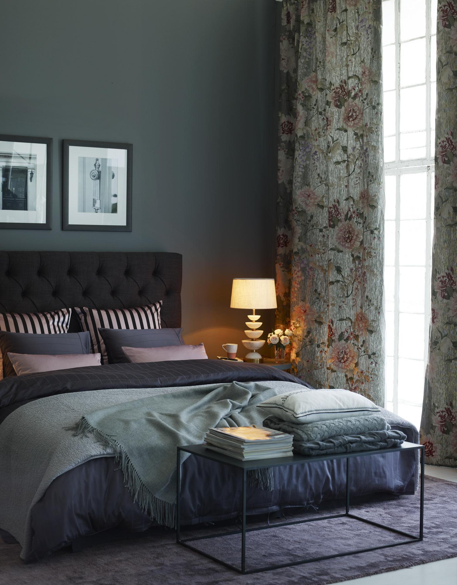 Les rideaux à motifs floraux jouent un rôle essentiel dans la présentation finale et apporte une touche artistique.