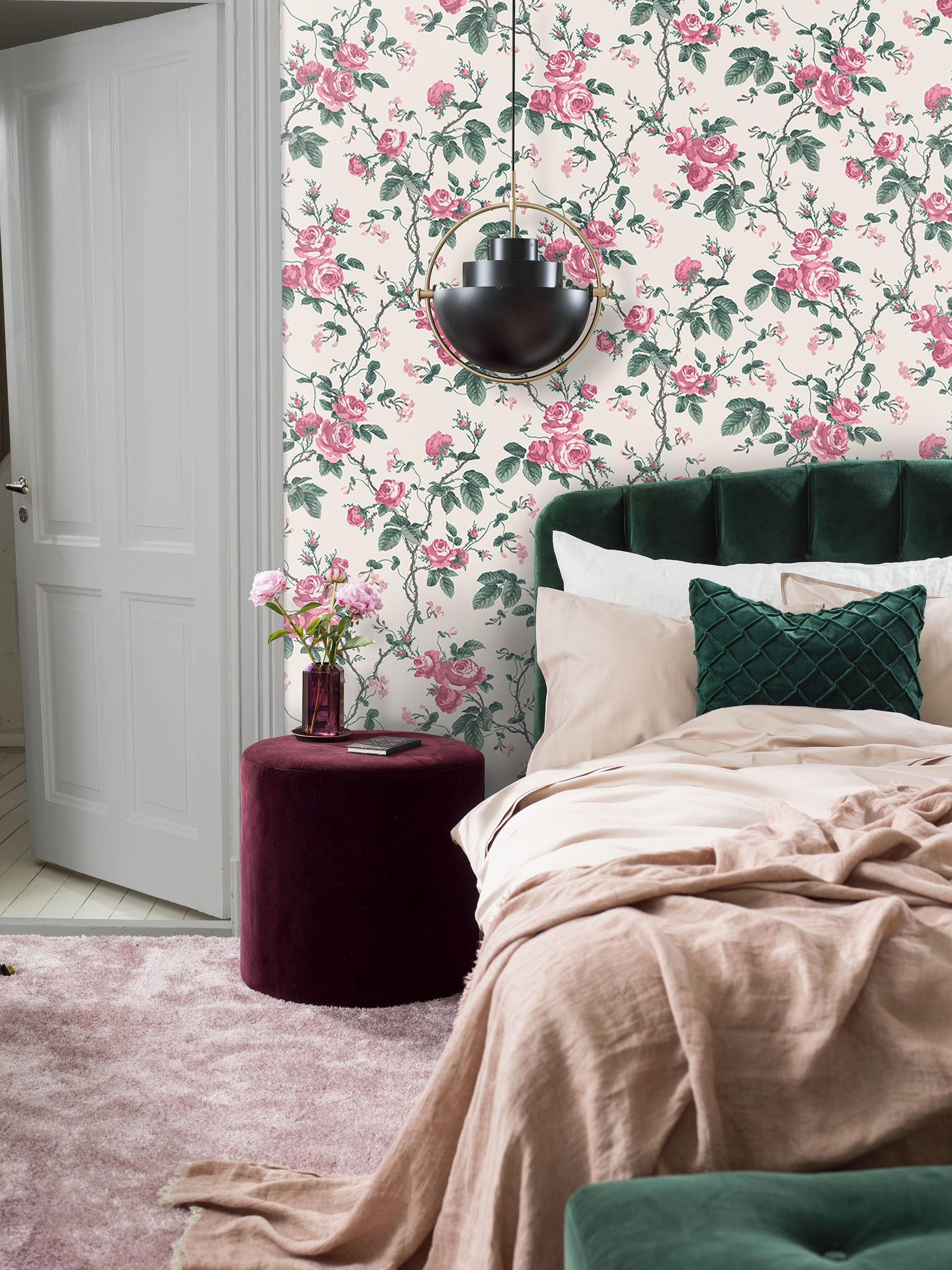 Les papiers peints, les tapis et les coussins - on retrouve les motifs floraux partout