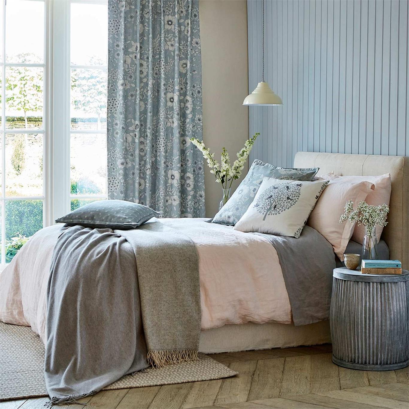 Les rideaux et le linge de lit sont idéals pour introduire les motifs floraux.