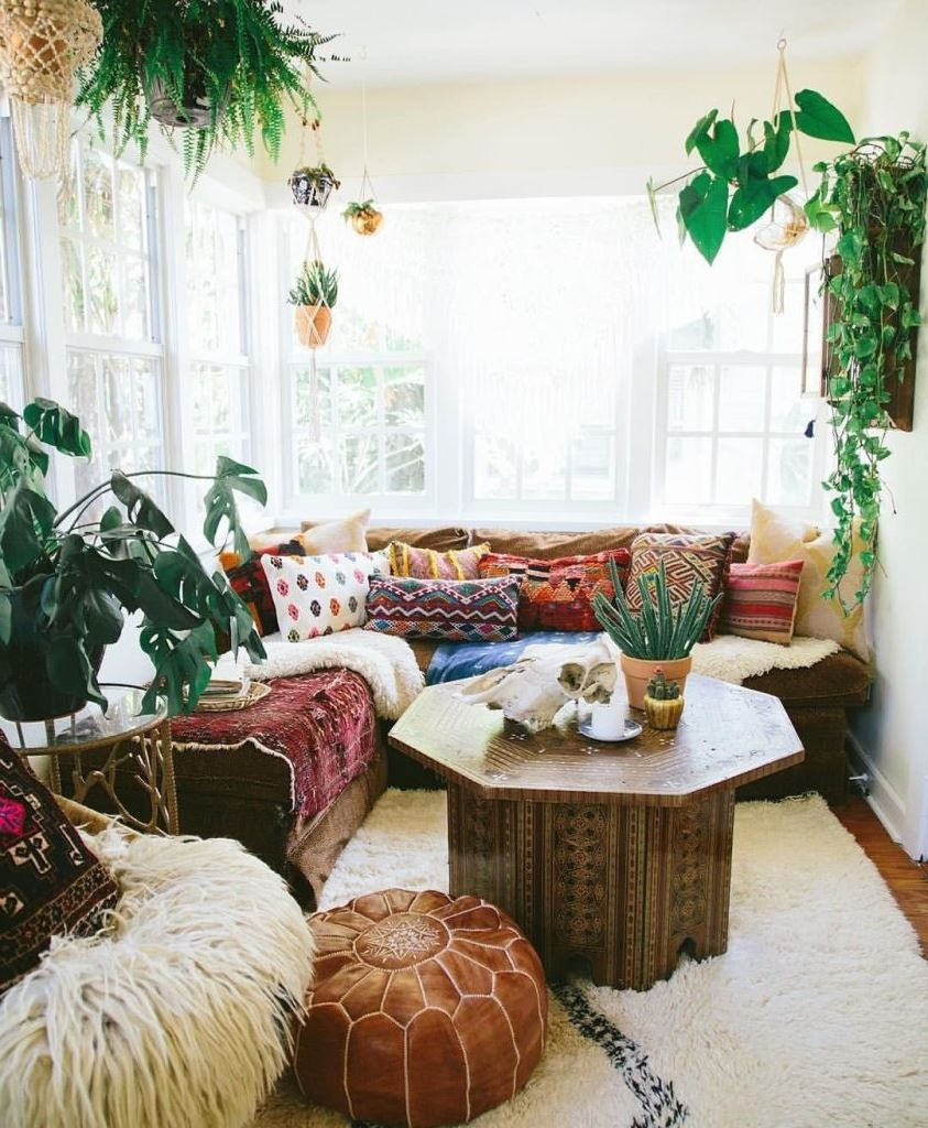 Si vous aimez vraiment le style bohème, achetez différents coussins colorés et utilisez-les comme décoration pour votre canapé.