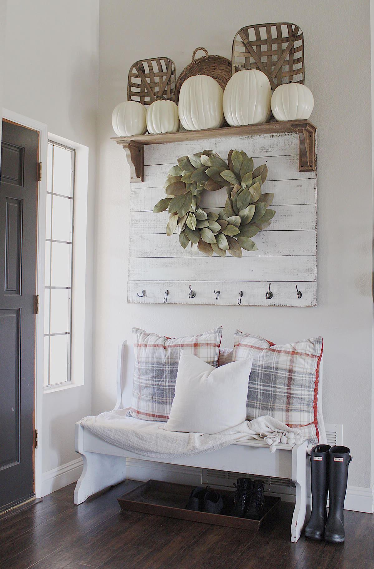 Si vous avez assez d'espace, installez un banc dans votre entrée.