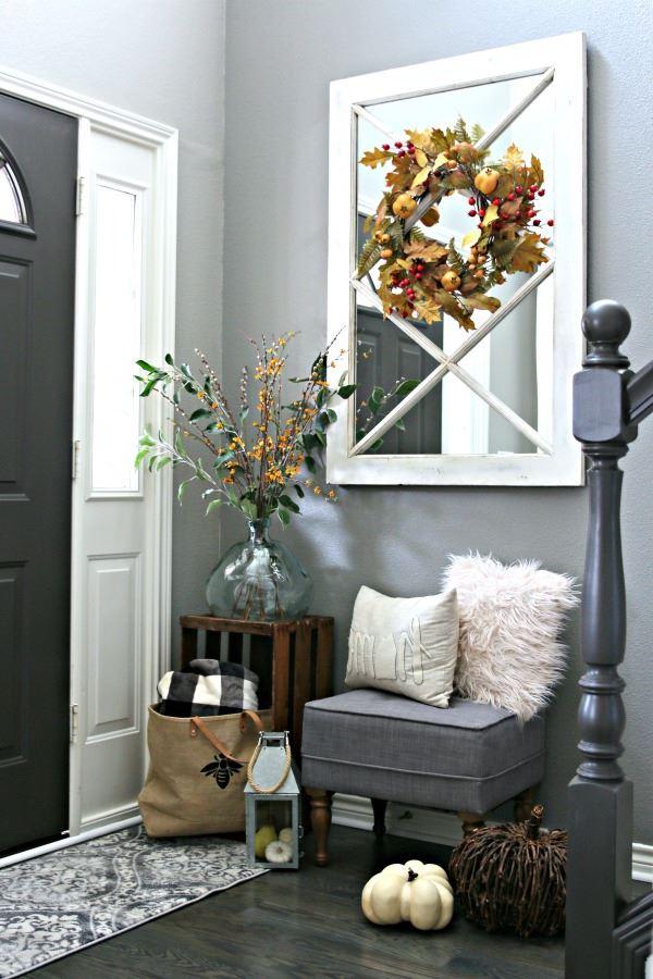 À l'automne, utilisez des citrouilles pour la décoration de votre maison: elles sont mignonnes et très bon marché.