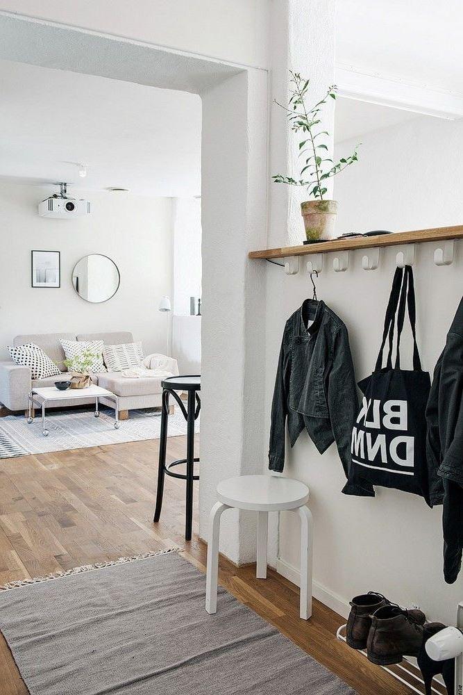 Idée déco d'entrée facile - installez une simple porte-manteau avec une étagère et déposez-y des plantes, des statuettes ou tout ce que vous voulez.
